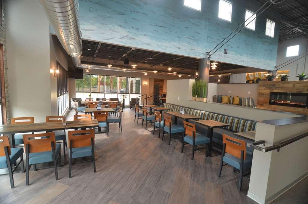 Best Western Premier Ankeny Hotel - Breakfast seating area
