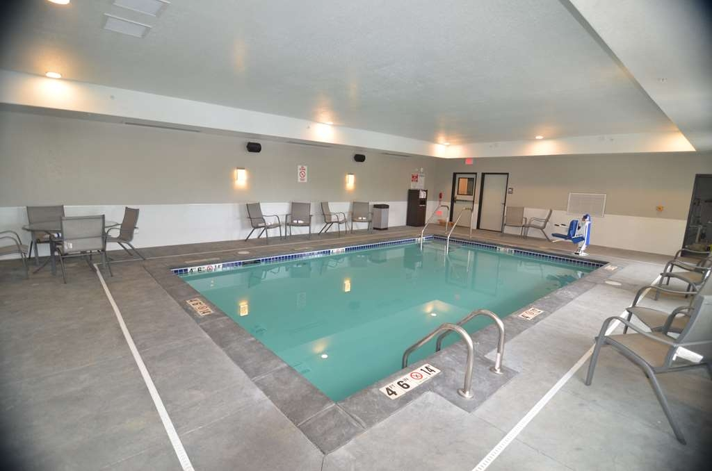 Best Western Premier Ankeny Hotel - Unwind in our heated indoor pool after a long day