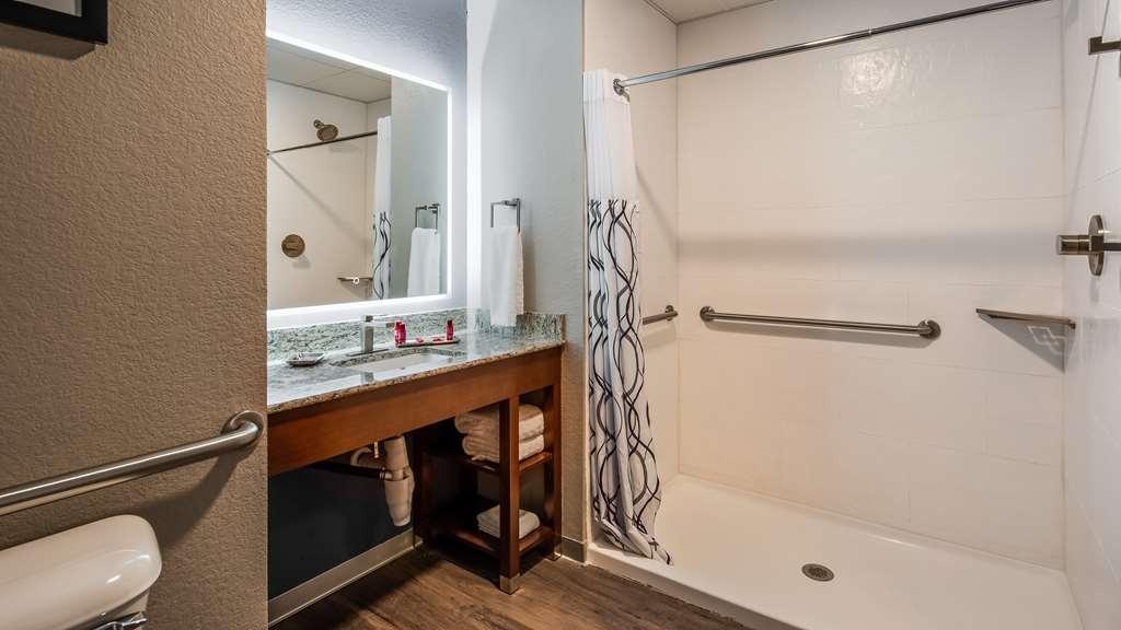 Best Western Premier Ankeny Hotel - Bathroom