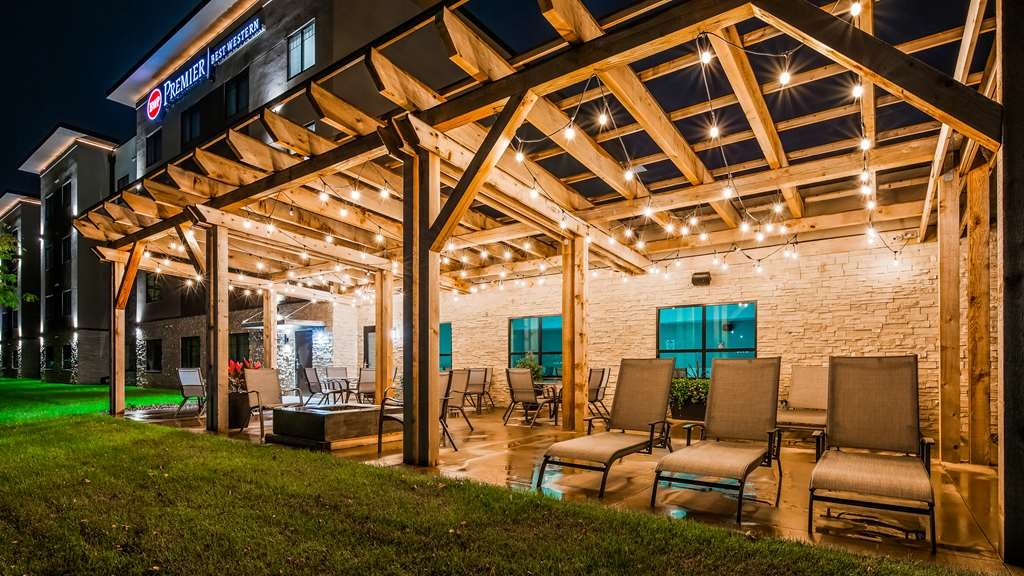 Best Western Premier Ankeny Hotel - Outdoor Patio with Firepit