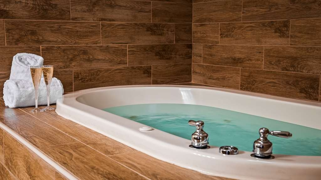 Best Western Wichita North - Soak in our spacious Spa Bath after a long day.