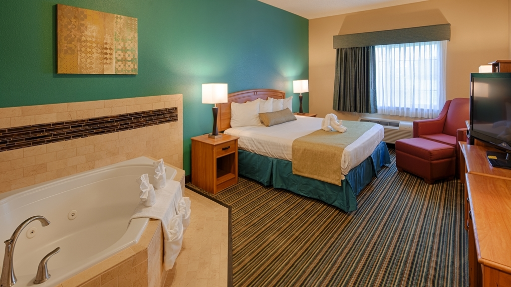 Best Western Governors Inn & Suites - Spend a relaxing night together in our Jacuzzi® room.