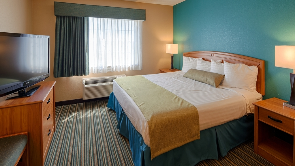 Best Western Governors Inn & Suites - Spend a relaxing night together in our king guest rooms.