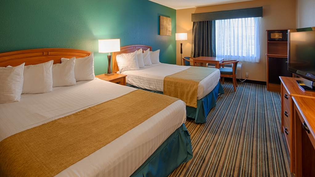 Best Western Governors Inn & Suites - Bring your whole family along and book a room with two queen beds.