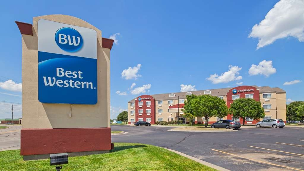 Best Western Governors Inn & Suites - Be treated like family the moment you step into this Wichita hotel.