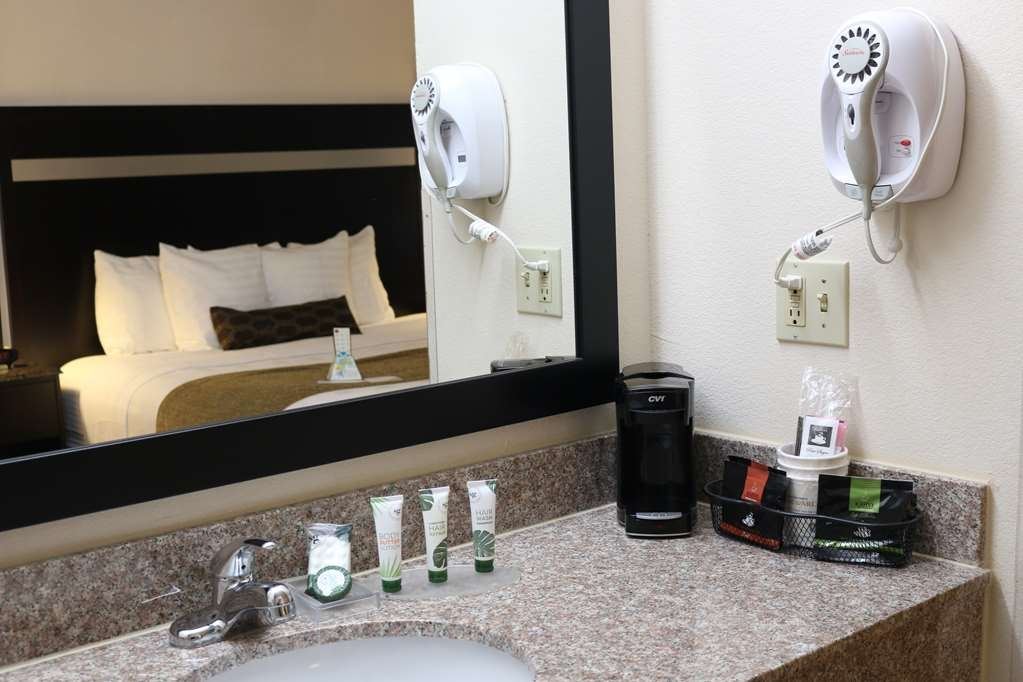 Best Western Parsons Inn - Our spacious restrooms include various toiletries as well as a coffee maker.