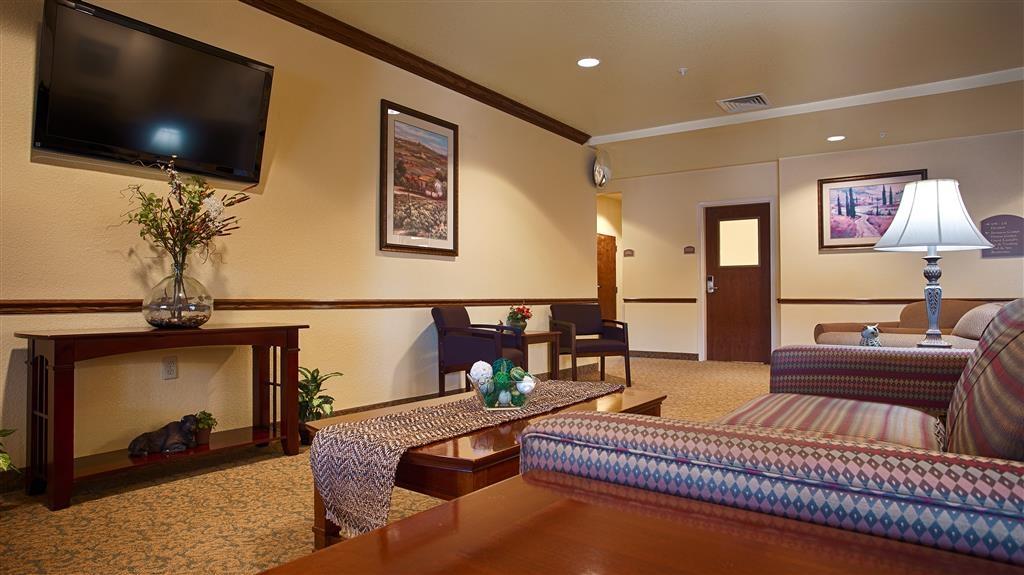Best Western El-Quartelejo Inn & Suites - Visit our comfortable lobby, the perfect place to read a book or socialize with friends.