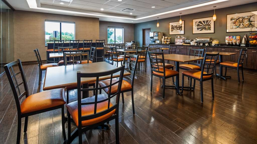 Best Western Plus Olathe Hotel - Our breakfast room offers intimate dining for couples and smaller groups.