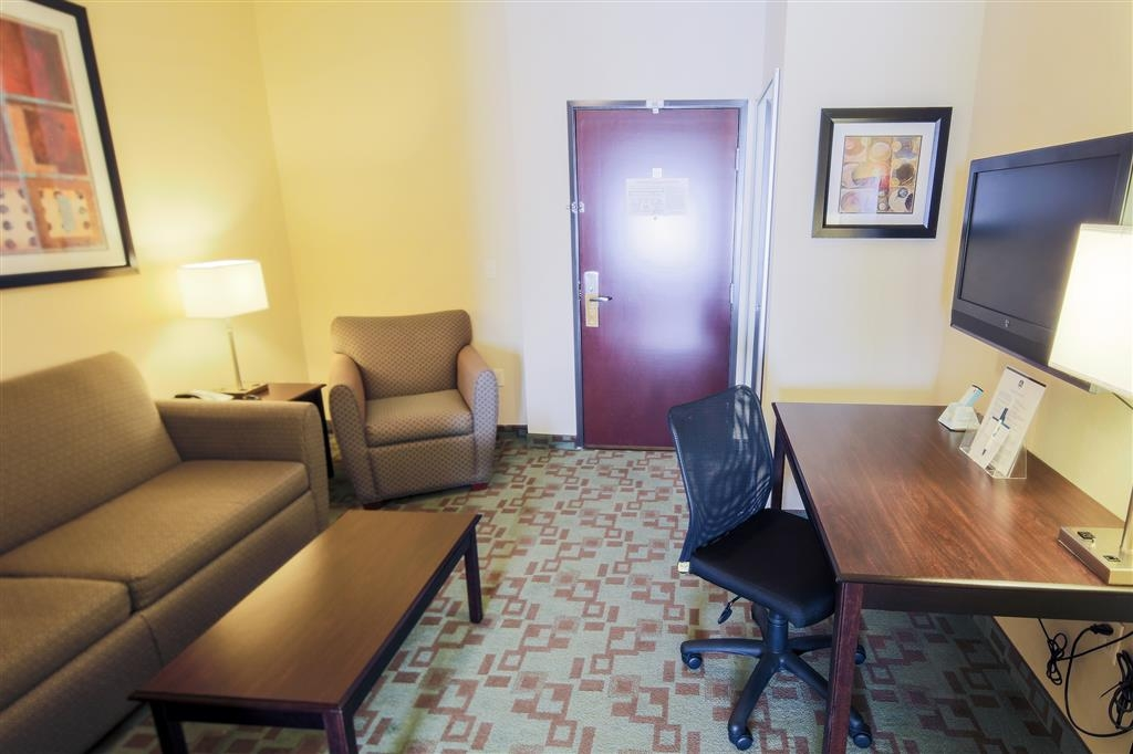 Best Western Plus Eastgate Inn & Suites - Suite Living Area with Queen Size Sofabed