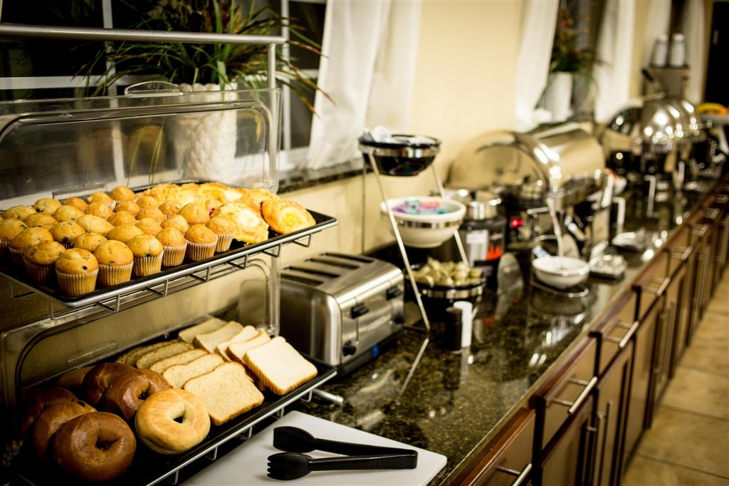 Best Western Plus Eastgate Inn & Suites - Enjoy assorted muffins, pastries bagels & yogurt.