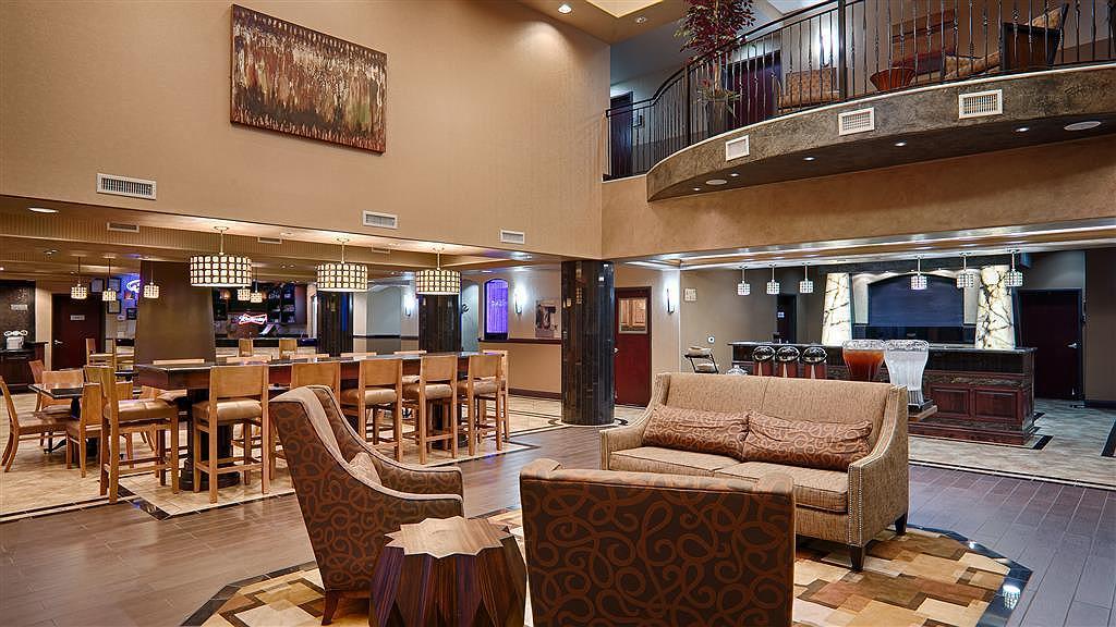 Best Western Premier KC Speedway Inn & Suites - Vista del vestíbulo