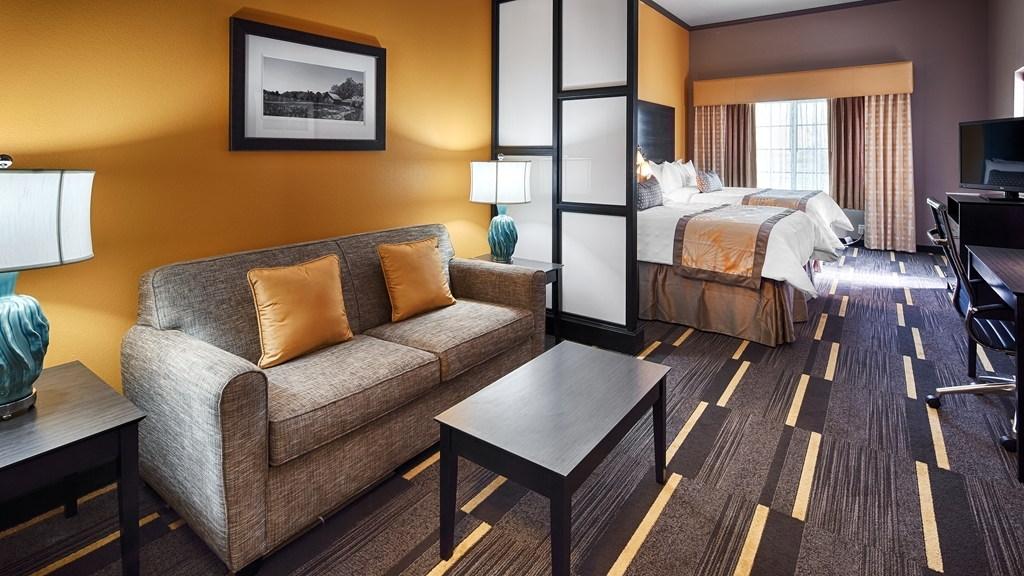 Best Western Plus Emerald Inn & Suites - Our double queen suite was designed with an open concept, ensuring you have enough room without sacrificing comfort.