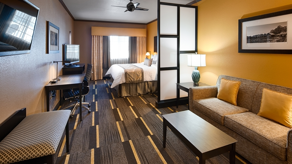 Best Western Plus Emerald Inn & Suites - If you're traveling with your family or group of friends, opt for our suites with two TVs.