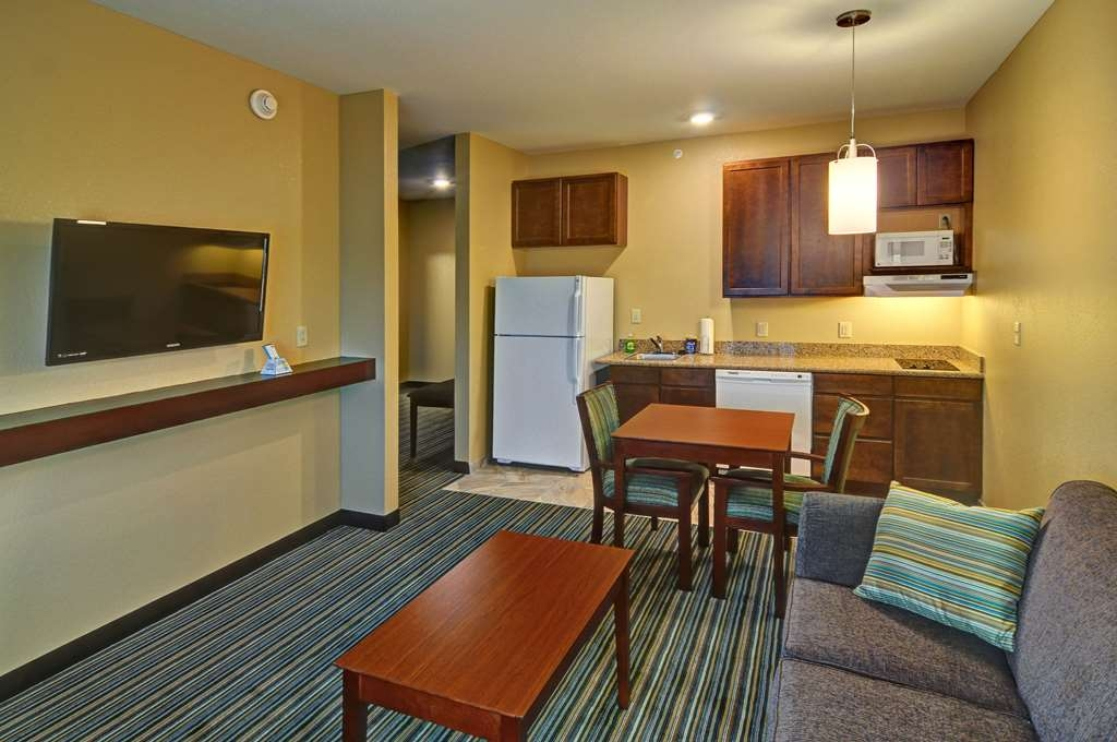 Best Western Plus Patterson Park Inn - Forget dining out, how about utilizing our full kitchens in our suite rooms.