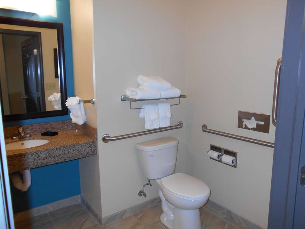 Best Western Plus Patterson Park Inn - Unpack all of the essentials and get ready for the day in our guest bathrooms.