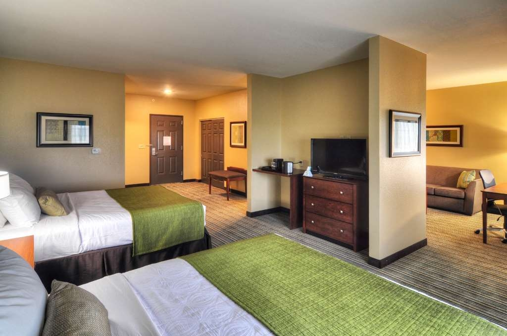 Best Western Plus Patterson Park Inn - Our queen suite is the perfect choice for a family vacation, as it includes two queen beds and a sofabed for extra sleeping room.