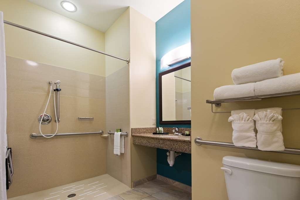 Best Western Plus Patterson Park Inn - Roll-in showers available in some guest room bathrooms.