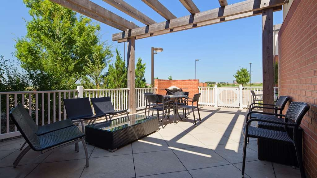 Best Western Plus Patterson Park Inn - Enjoy a moment of solitude on our outdoor patio with a cold beverage.