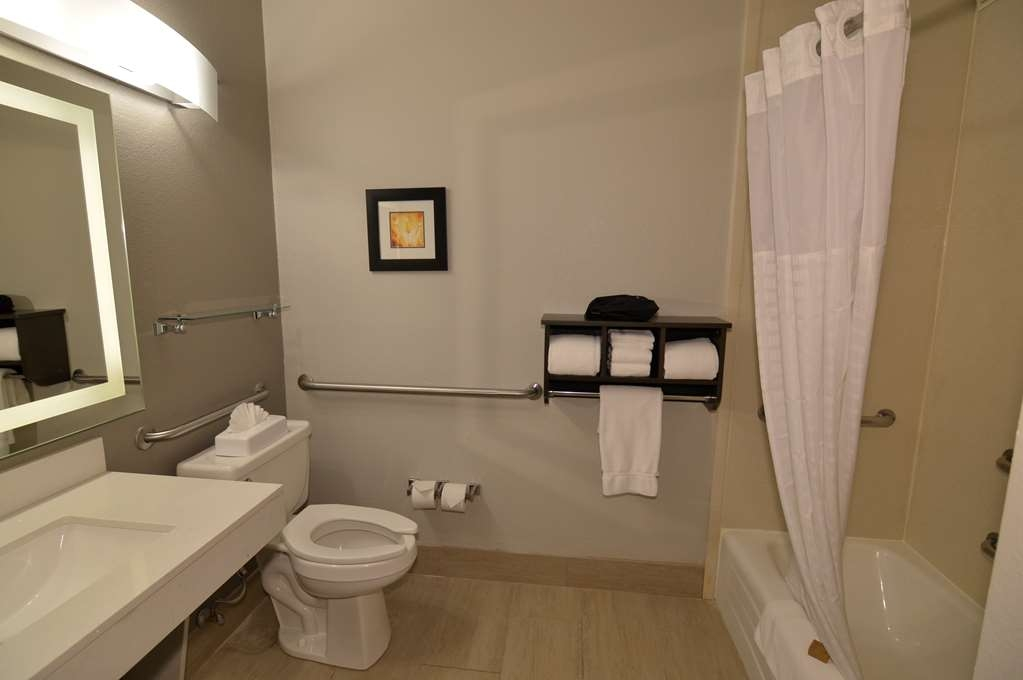 Best Western Plus Liberal Hotel & Suites - Mobility Accessible King Guest Bathroom