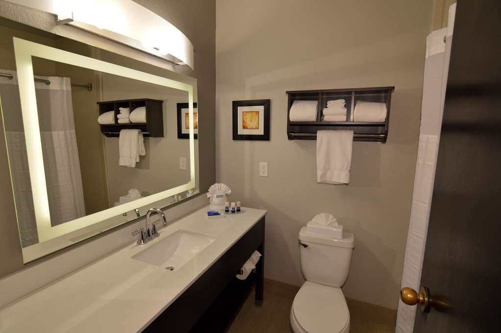 Best Western Plus Liberal Hotel & Suites - Single King Kitchenette Guest Bathroom