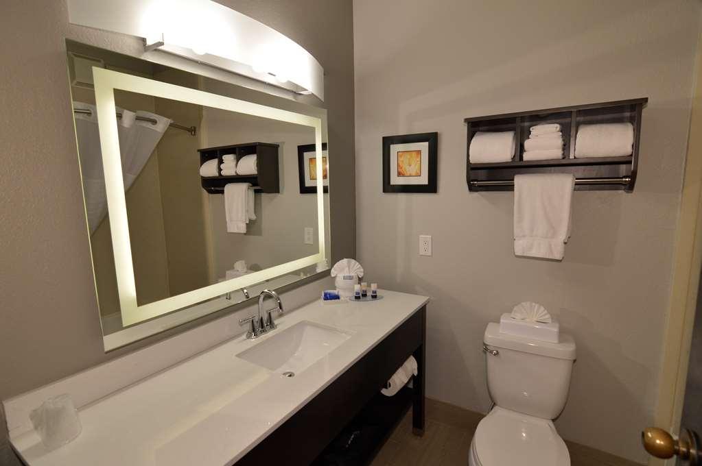 Best Western Plus Liberal Hotel & Suites - Single King Guest Bathroom