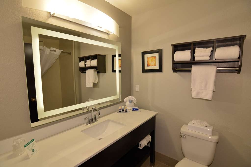 Best Western Plus Liberal Hotel & Suites - King Kitchenette Guest Suite Bathroom