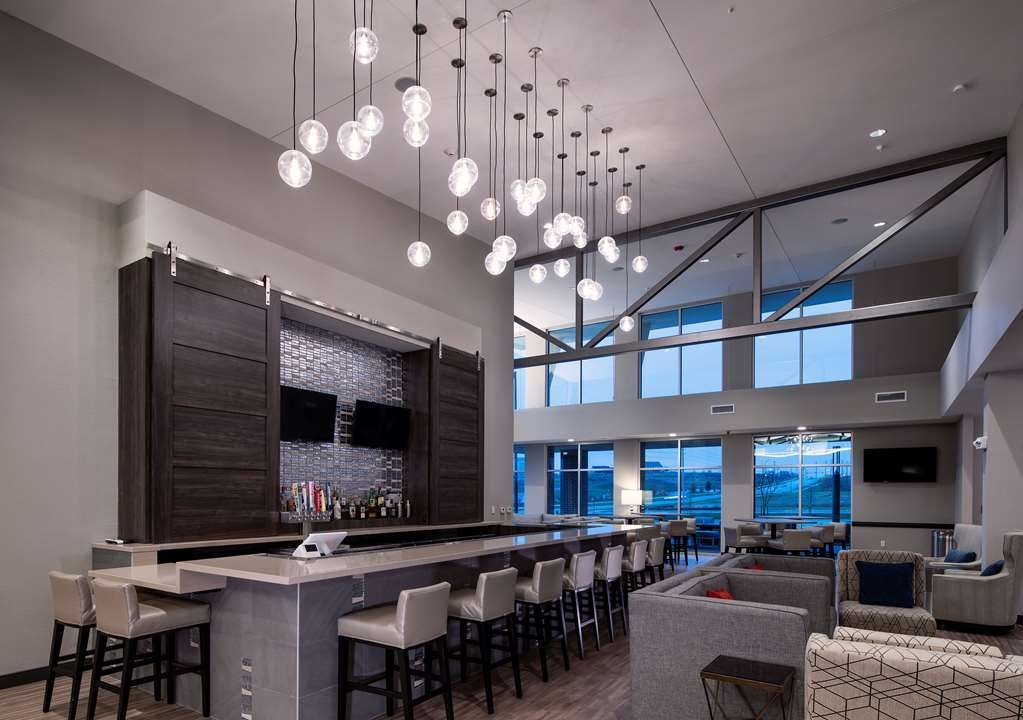 Best Western Plus West Lawrence - Bar / Lounge
