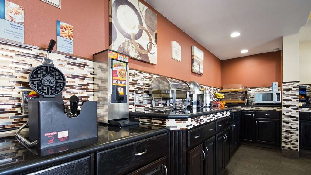 Best Western Green Tree Inn - Enjoy a balanced and delicious breakfast with choices for everyone.