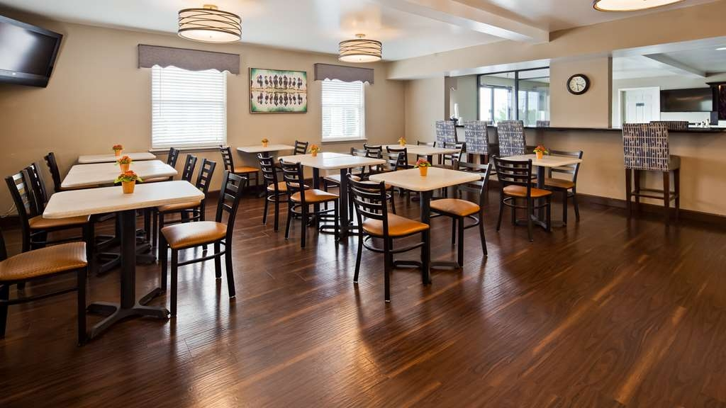 Best Western Parkside Inn - Enjoy a balanced and delicious breakfast with choices for everyone.