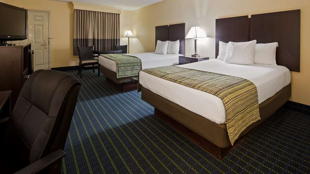 Best Western Parkside Inn - Each guest room has a 32-inch flat screen, refrigerator, microwave, and a desk area.