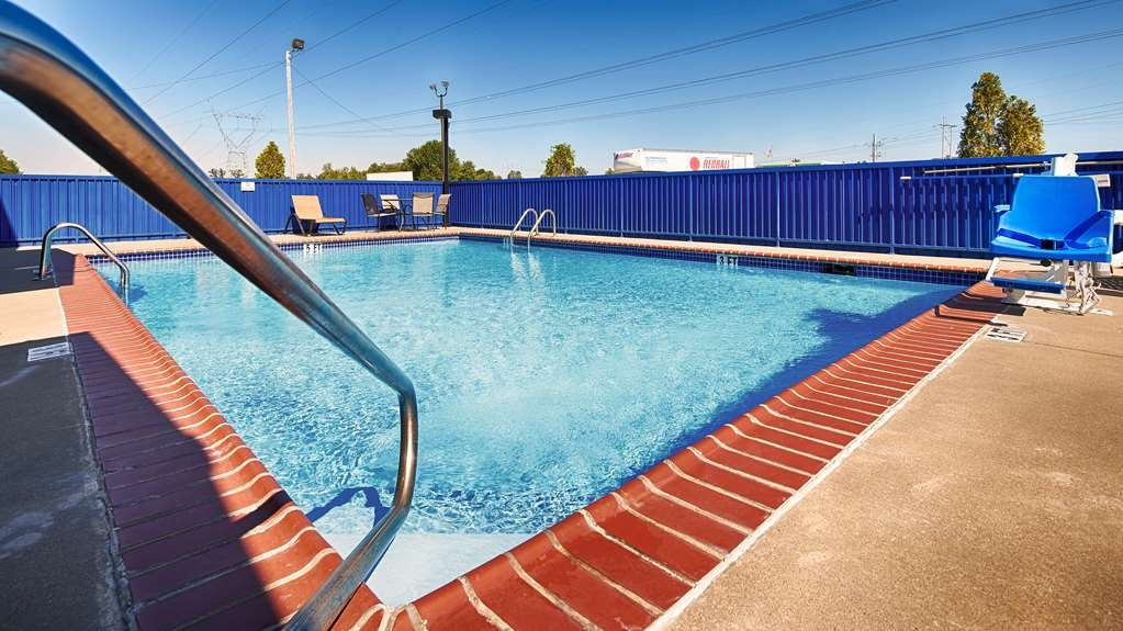 Best Western Paducah Inn - Outdoor pool. Opens Memorial Day Weekend closes Labor Day Weekend. Newly remodeled with fresh paint and tile.