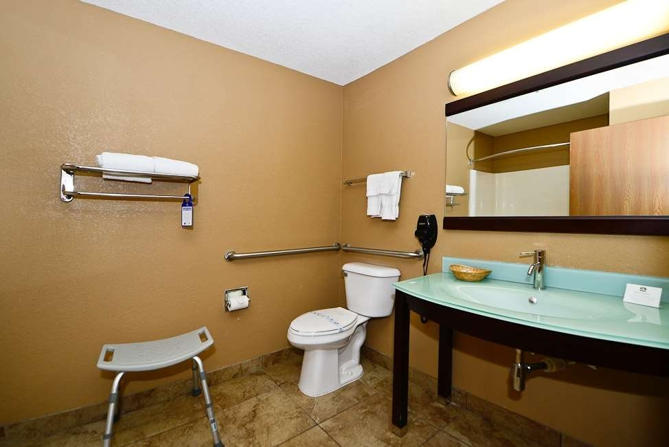 Best Western Paducah Inn - Mobility accessible bathrooms upon request. Please notify at check-in or during reservation process.