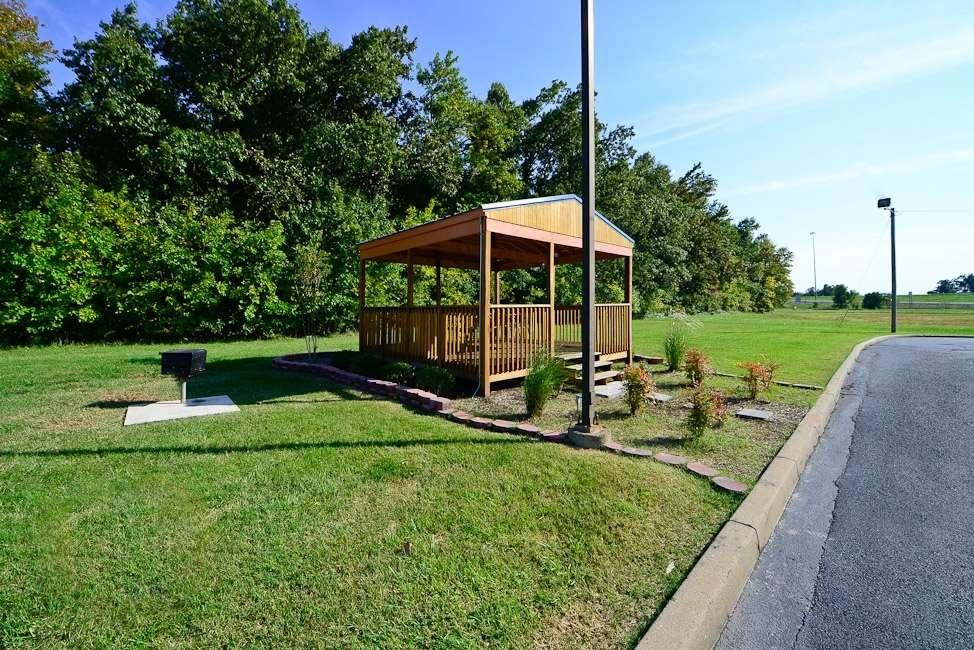 Best Western Paducah Inn - Spacious gazebo with BBQ grill for guests wanting to spend time outside.
