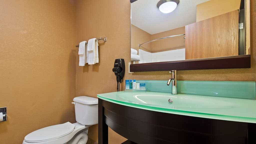 Best Western Paducah Inn - Enjoy getting ready for the day in our fully equipped guest bathrooms.