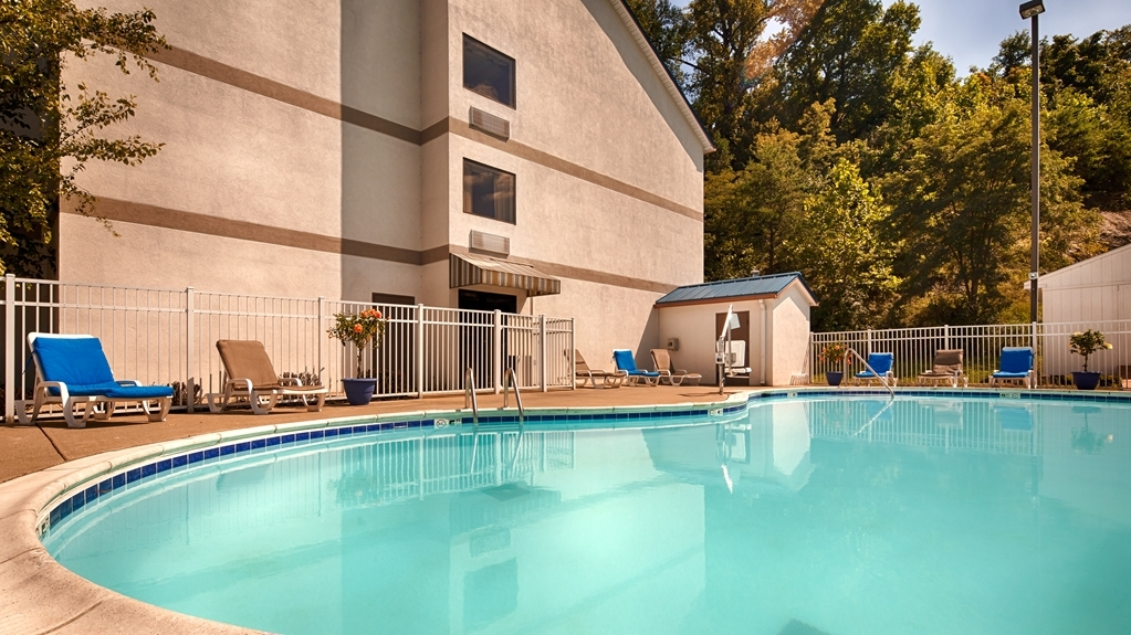 Best Western River Cities - Whether you want to relax poolside or take a dip, our outdoor pool area is the perfect place to unwind.