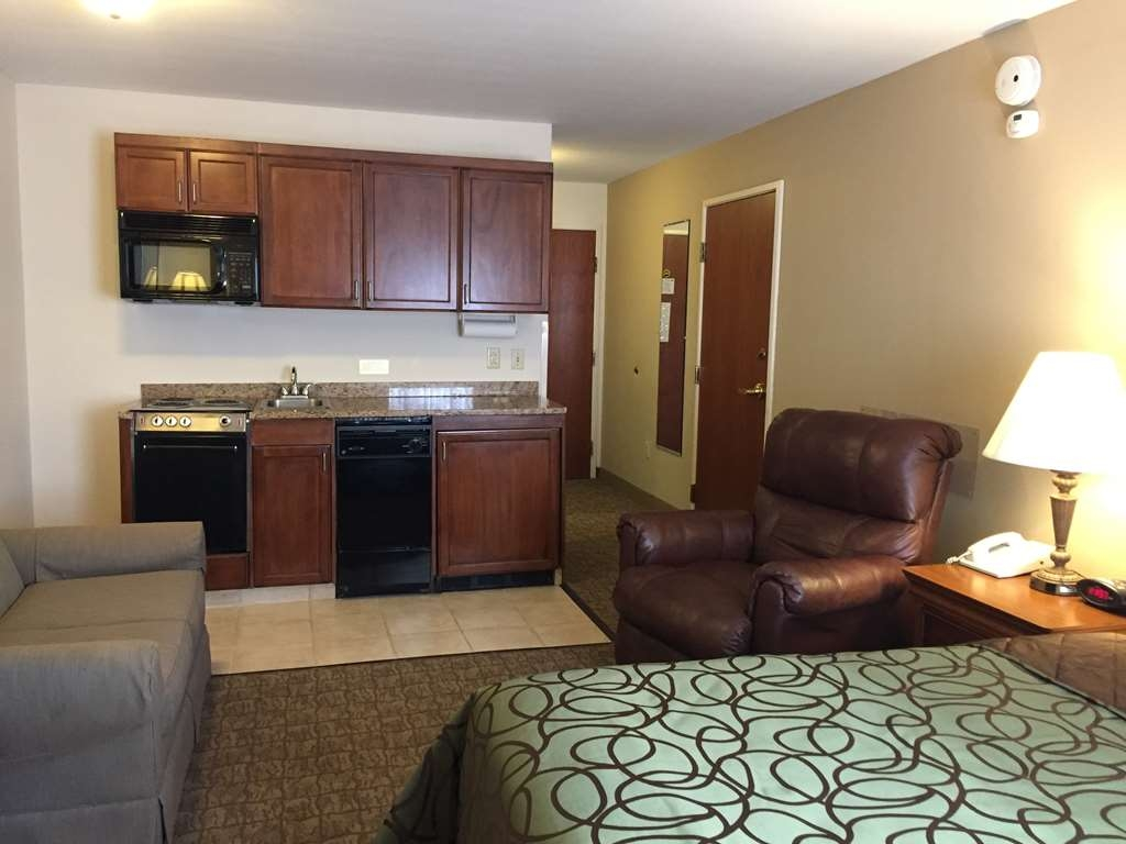 Best Western River Cities - Immediately feel at home when you walk into this queen guest room with kitchenette.