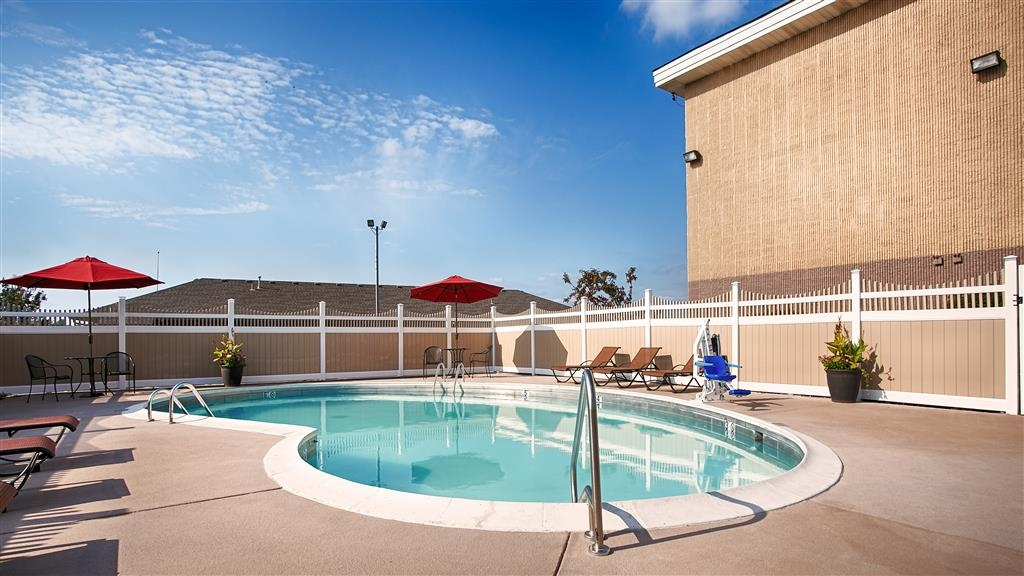 Best Western Ashbury Inn - Swimmingpool im Freien