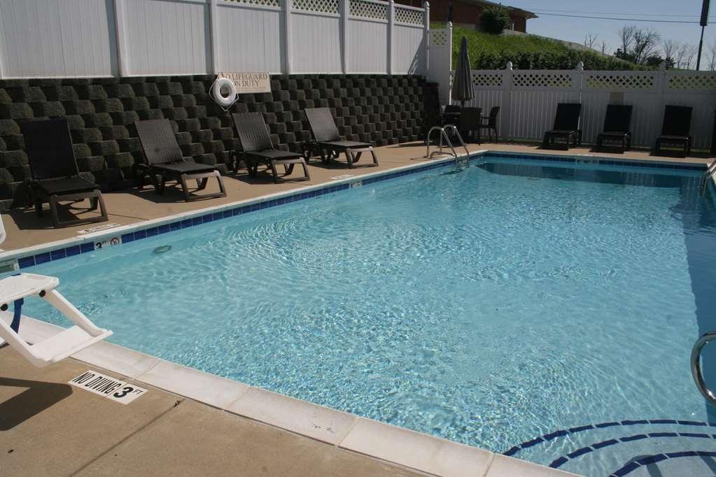 Best Western Lawrenceburg Inn - Notre piscine extérieure est l'endroit idéal pour se détendre après une journée passée à explorer.