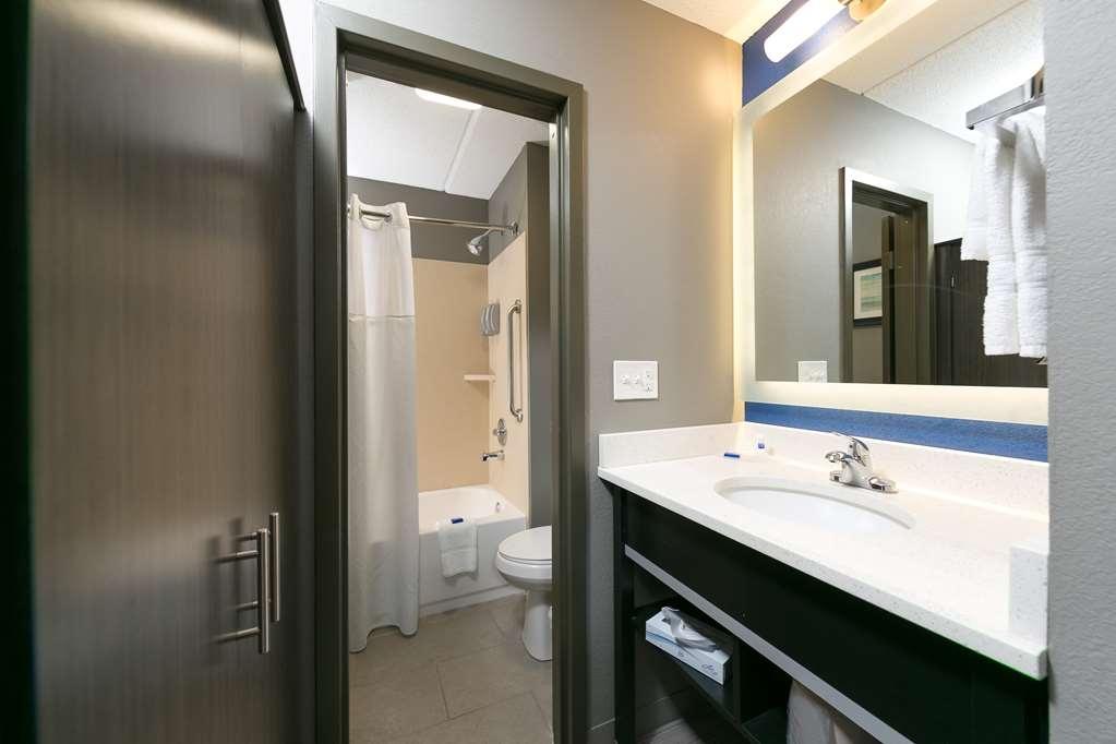Best Western Plus Bowling Green - Guest Bathroom
