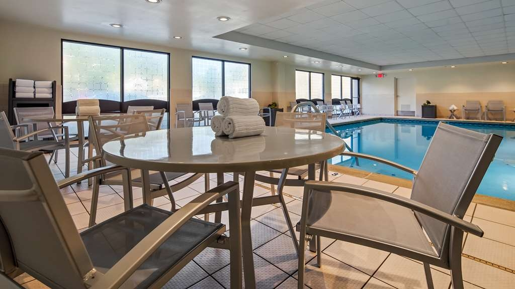 Best Western Plus Cincinnati Riverfront Downtown Area - Relax poolside at the end of a long day.