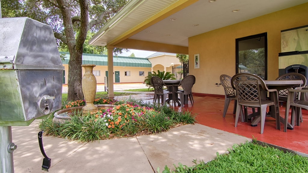 Best Western Forest Inn - Patio