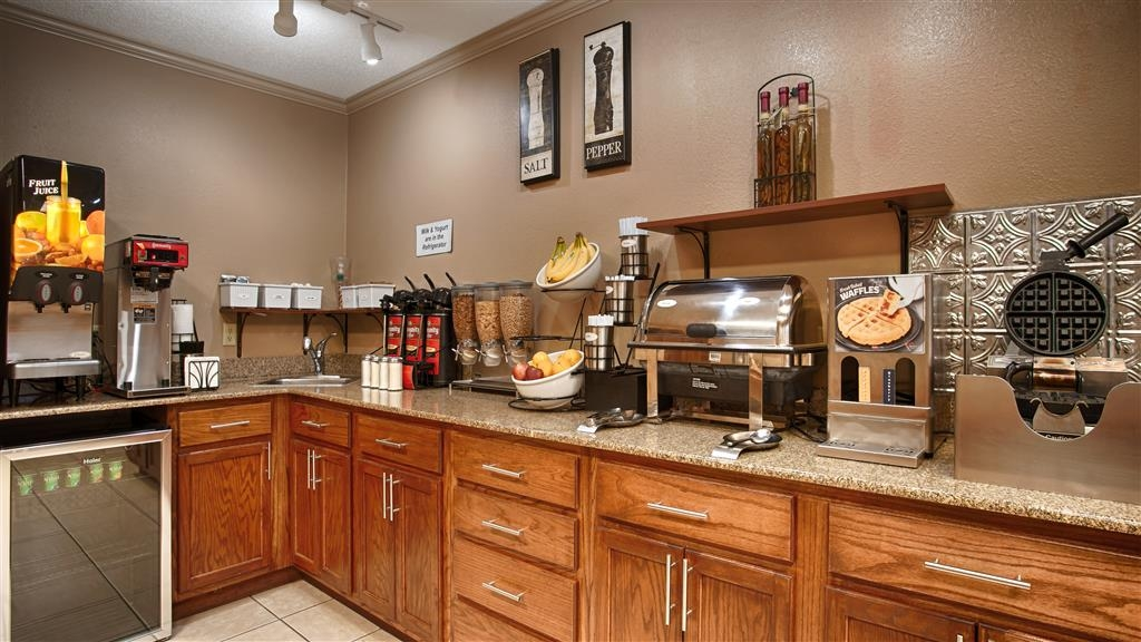 Best Western Delhi Inn - Start your day off right with a complimentary continental breakfast.