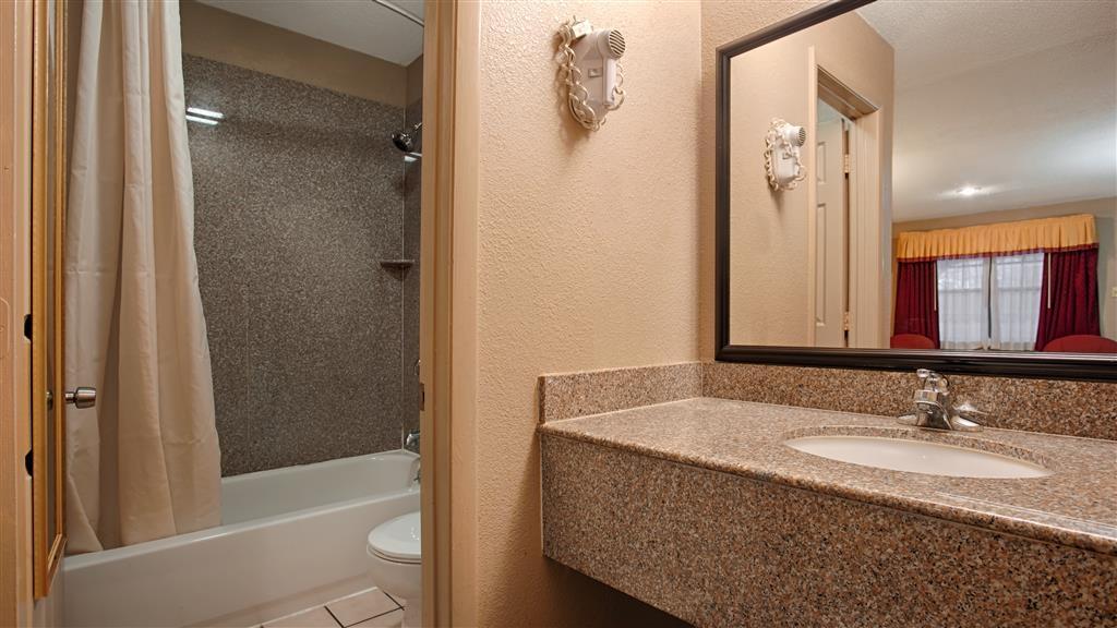 Best Western Delhi Inn - Bathroom