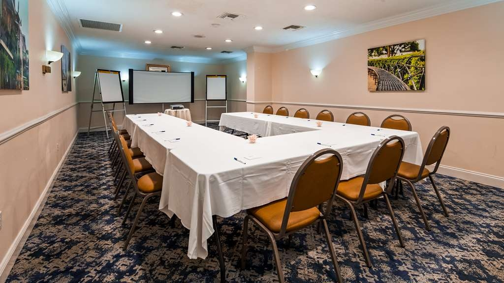 Best Western Plus Westbank - Our La Petite meeting room is the perfect setting for you business meeting.