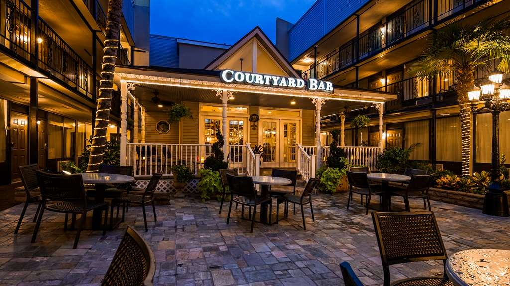 Best Western Plus Westbank - The courtyard bar is the perfect place to unwind after a long day of work and play. Relax with a cocktail or catch a game.