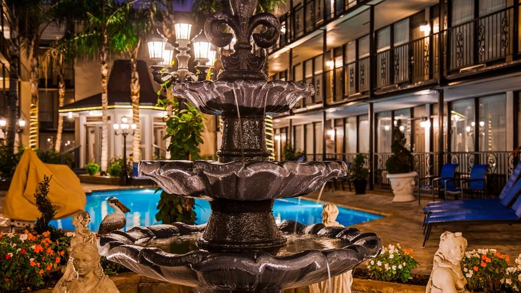 Best Western Plus Westbank - Relax in our French Quarter style courtyard.