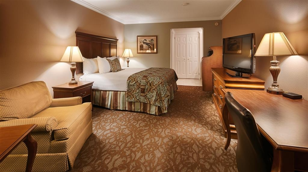Best Western Plus Westbank - We offer a variety of king rooms from standard to mobility accessible.