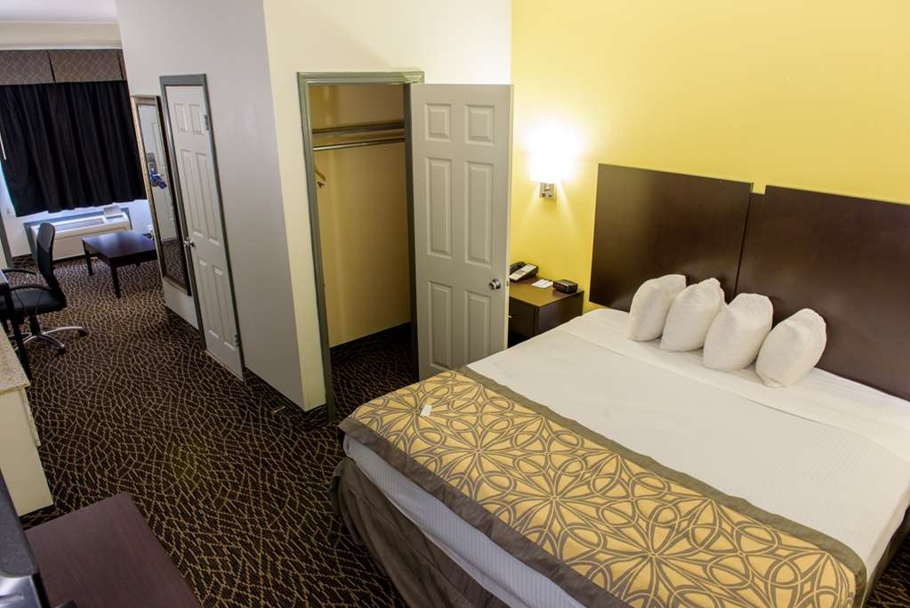 Best Western West Monroe Inn - A nice relaxing king size bed for a comfortable rest.