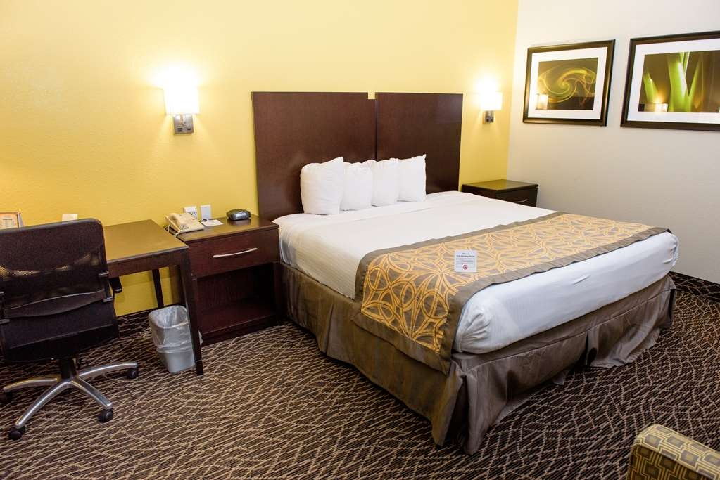 Best Western West Monroe Inn - This king guest room has all your snacking needs covered with a mini refrigerator in the room.