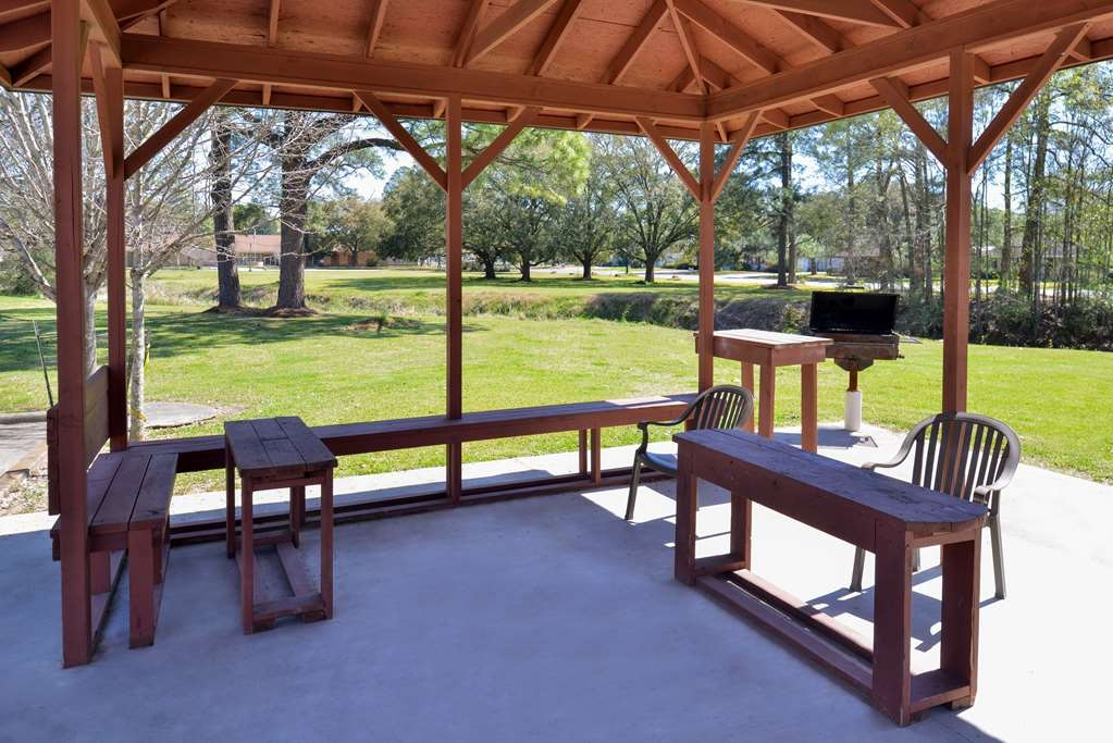 Best Western Eunice - Enjoy our outdoor patio and BBQ pit!